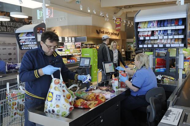 Ko je za, a ko protiv neradne nedelje i kakvi bi bili efekti: Najgore za radnike u malim trgovinama, četvrtina bi ostala bez posla