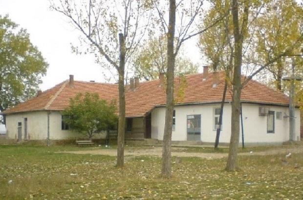 НОВИ НАПАД НА СРБЕ: Албанци оштетили врата школе, претили српској деци